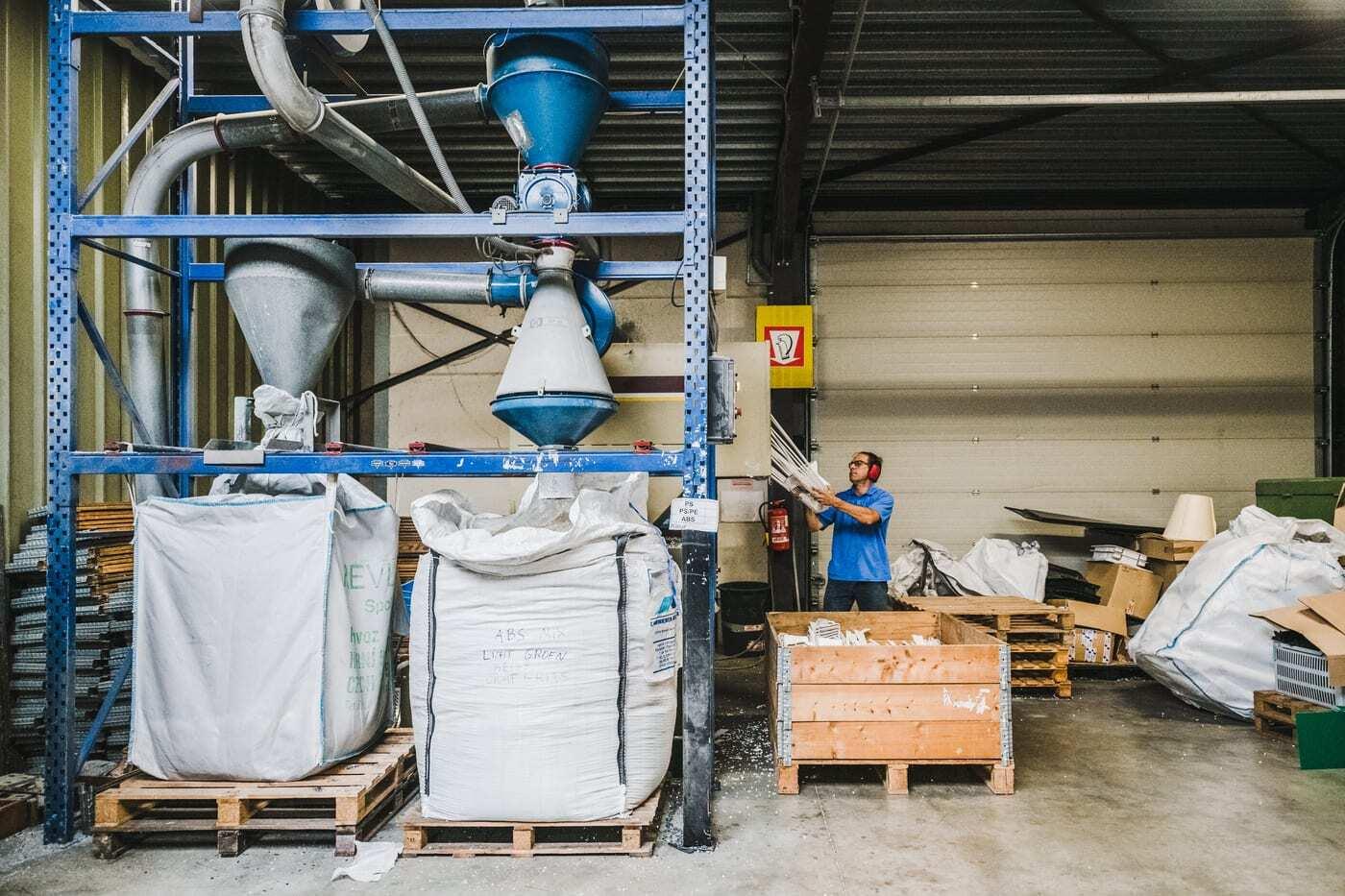 Afval van Imatex wordt in de breekinstallatie klaargemaakt voor recyclage.